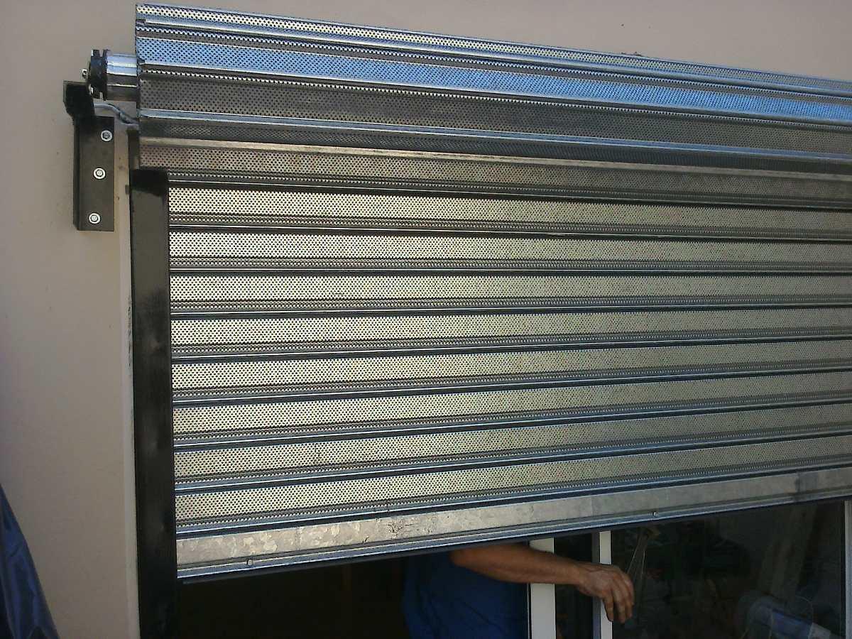 Control remoto y chapa el ctrica para cortinas metalicas for Cortinas para puertas de exterior